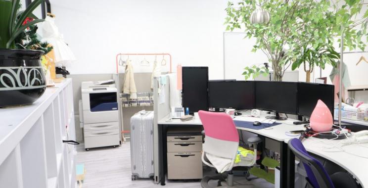 Krzesła obrotowe we współczesnym biurze